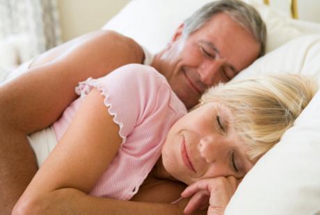 Анальный секс парня и молодой девушки на диване  415899