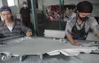 proses pembuatan jaket kulit (sumber: arifh.blogdetik.com)