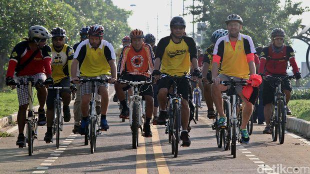 Komunitas Bike To Work gowes bersama di jalur khusus sepeda Kanal Banjir Timur (KBT) Jakarta