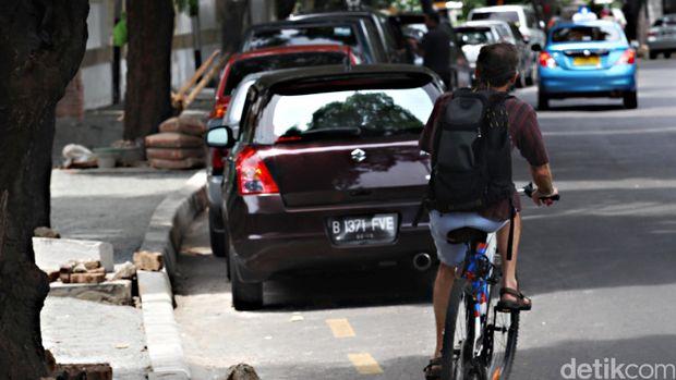 Ada jalur sepeda pun tak selalu menjamin bisa gowes dengan nyaman.