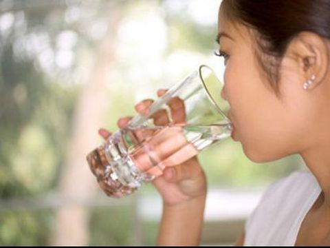 Air putih bisa membantu BAB jadi lebih lancar.