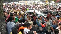 Diserbu Warga Cimahi, Jokowi Bagi-bagi Kaos dan Buku