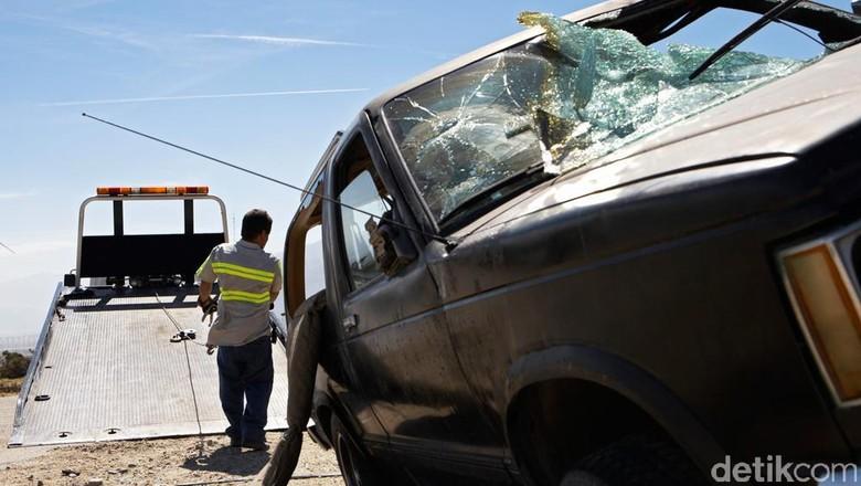 Fuso Tabrak Avanza di Tol Cipularang, Enam Orang Terluka