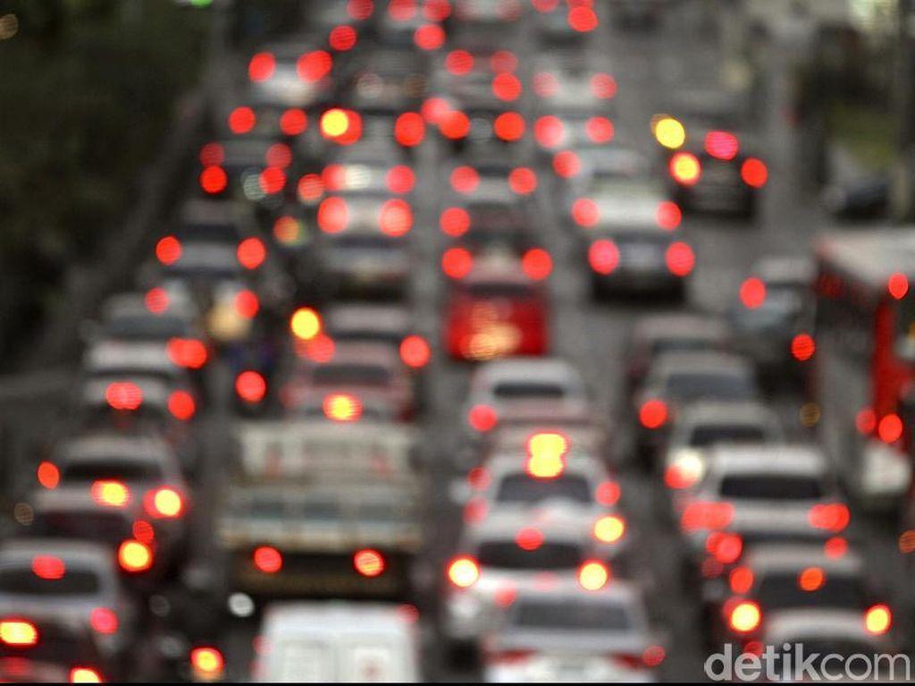 Arus Balik Libur Imlek, Tol Cikampek Arah Jakarta Padat