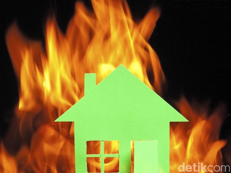 Kebakaran di Tebet Hanguskan Kontrakan dan Bengkel Mobil