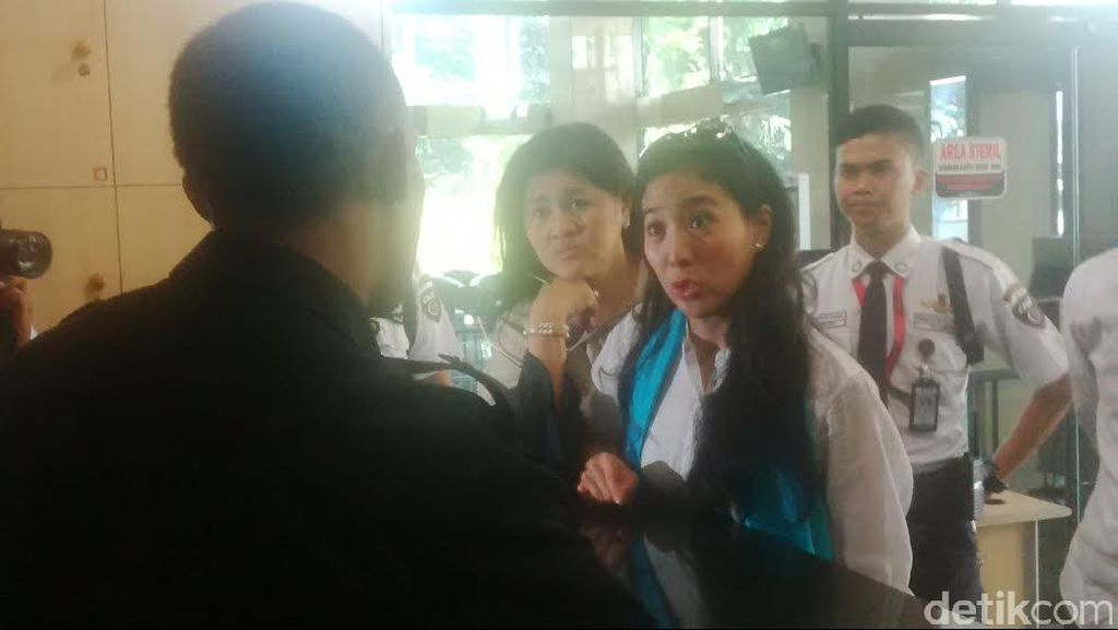 KPK Libur, Artis Olivia Zalianty Gagal Kasih Kue untuk Om OC Kaligis