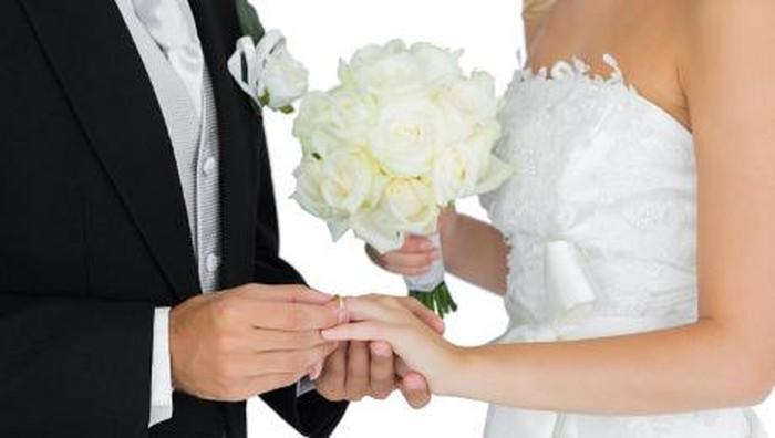 Tetangga dan kerabat lumrah masuk dalam daftar tamu undangan pernikahan. Namun jika ingin mengundang mantan kekasih, apa ya yang harus dipertimbangkan? (Foto: thinkstock)