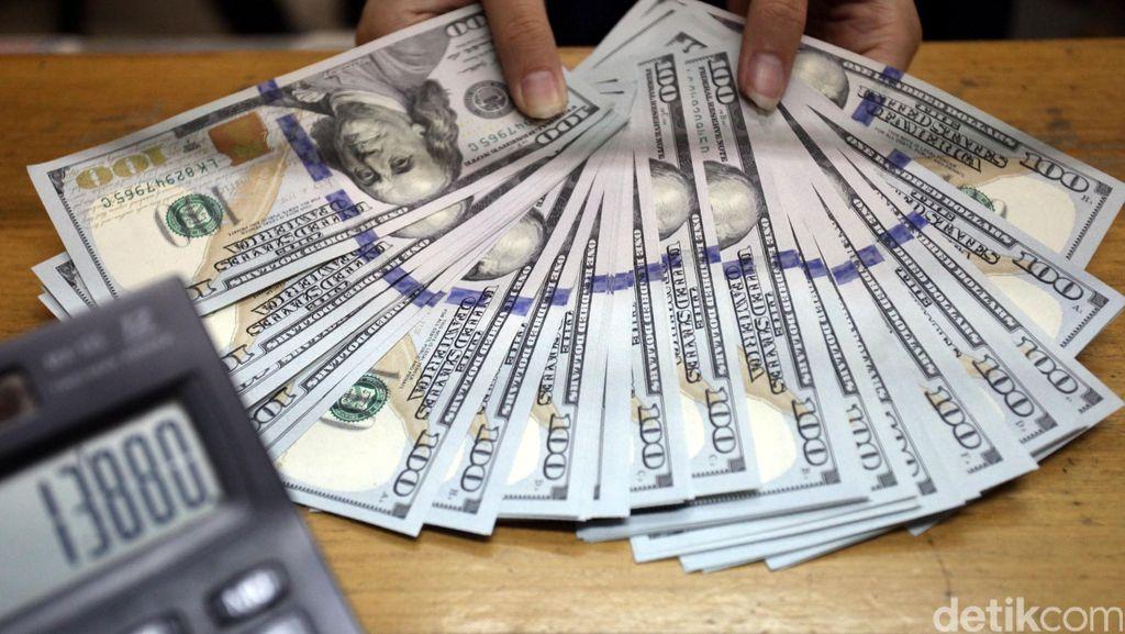 Khawatir Rupiah Makin Turun, Wanita Ini Buru-buru Beli Dolar AS