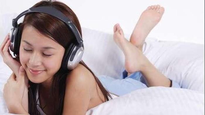 """Orang yang bahagia biasanya senang mendengarkan lagu yang menyenangkan. Dalam buku """"The Power of Music"""" karangan Elena Mannes, ia menganalisa penelitian 20 tahun tentang bagaimana musik secara positif bisa berdampak positif bagi otak. Musik bahkan bisa menenangkan bayi, menurunkan tekanan darah, meningkatkan zat kimia pemicu rasa baik, sampai membantu pasien stroke yang kehilangan kemampuan berbicara. Foto: Thinkstock"""