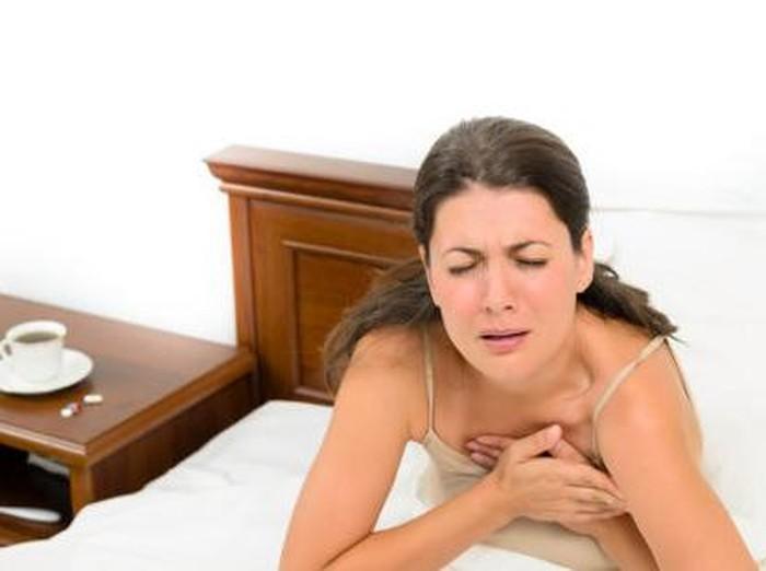 Sesak napas adalah salah satu gejala serangan jantung yang sering dialami wanita. Foto: thinkstock
