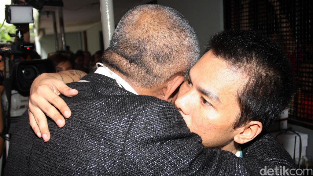 Muncikari Robby Abbas Divonis 1 Tahun 4 Bulan Bui, Langsung Menangis