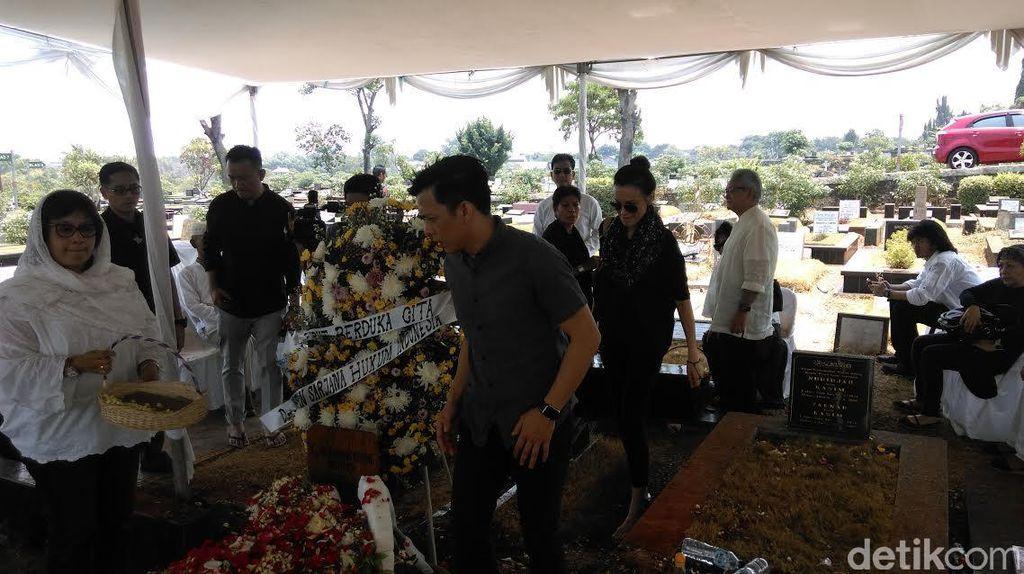 Ada Ariel dan Sophia Latjuba di Pemakaman Adnan Buyung Nasution