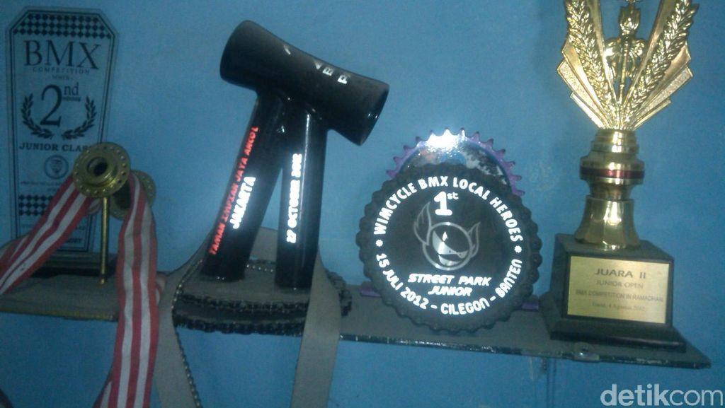 Bukti Bakat Hebat Taufan BMX dalam Aneka Piala dan Medali