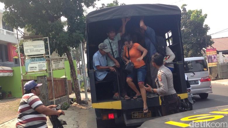 Penumpang yang Telantar Akibat Demo Angkot di Bogor Diangkut Truk Polisi