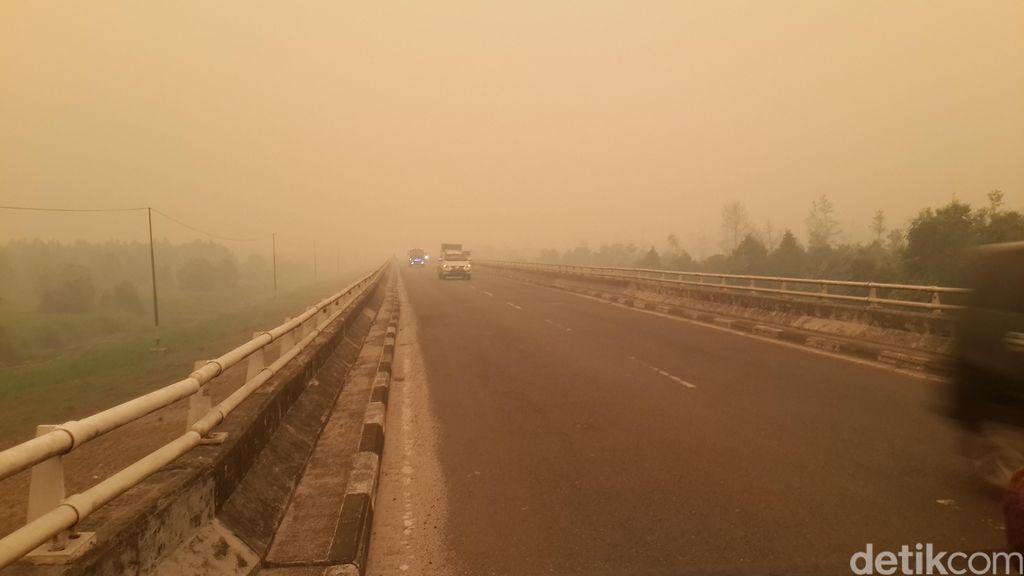 Foto: Gelapnya Asap Sambut Kunjungan Menkes di Palangkaraya