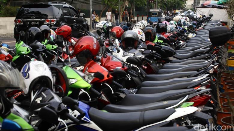 Cewek Strong Nih, Bisa Keluarkan Motor dari Parkiran yang Padat