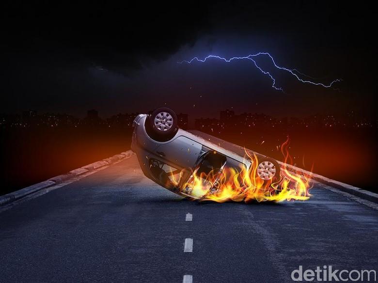 Taksi Terbakar di Persimpangan Tol Dalam Kota Km 19, Lalin Tersendat