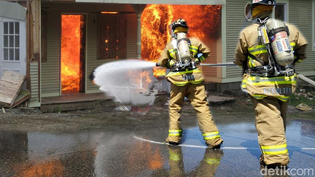 Ruko 4 Lantai di Tanah Abang Terbakar, 7 Unit Damkar Meluncur