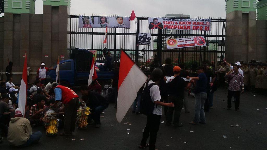 Desak Setya Novanto Mundur, Demonstran di DPR Bawa Poster Nikita Mirzani