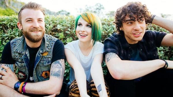 Paramore Batalkan Konser, Fans Doakan Hayley Cepat Sembuh