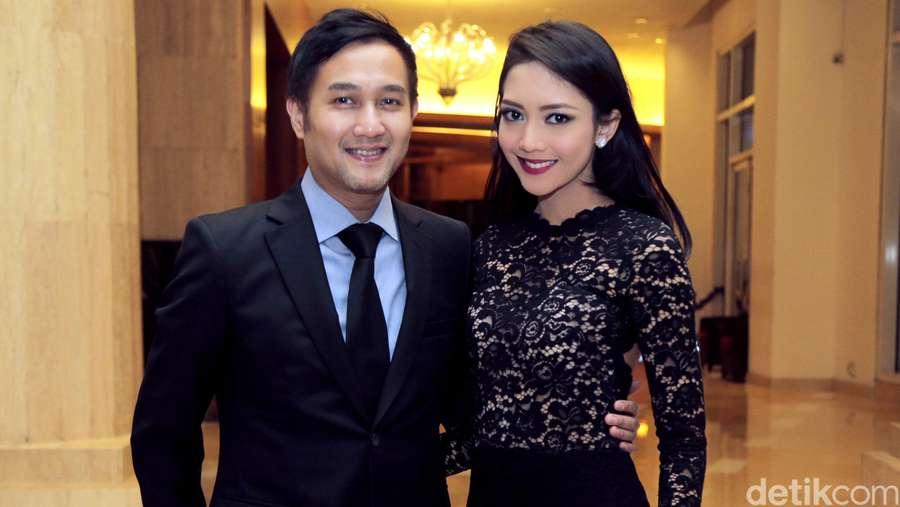 Pose Mesra Ririn Dwi Ariyanti dan Aldi Bragi