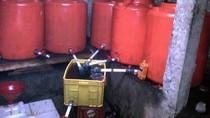Polisi Gerebek Bungker Pembuatan Oli Palsu di Sukabumi