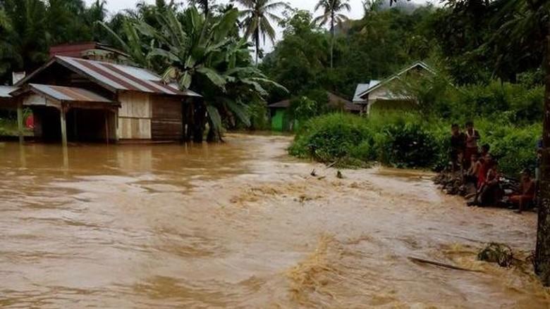 Hujan Sebabkan Banjir di Beberapa - Jakarta Hujan deras yang melanda beberapa daerah sejak beberapa hari terakhir mengakibatkan banjir di sejumlah Adapun daerah yang