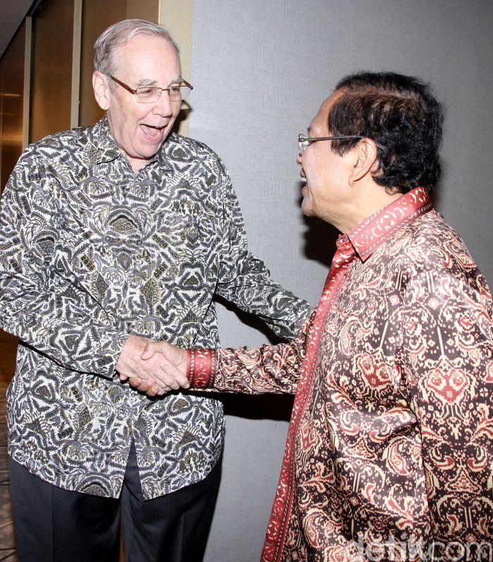 Jim Castle (kiri) berjabat tangan dengan Rizal Ramli (kanan) saat melakukan pertemuan di Jakarta, Selasa (12/1/2016).