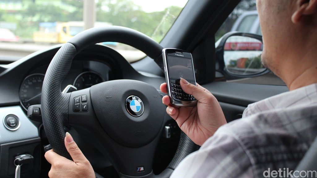 Duh! Jalanan Macet, Kaca Mobil Terbuka Ponsel Orang Ini Raib