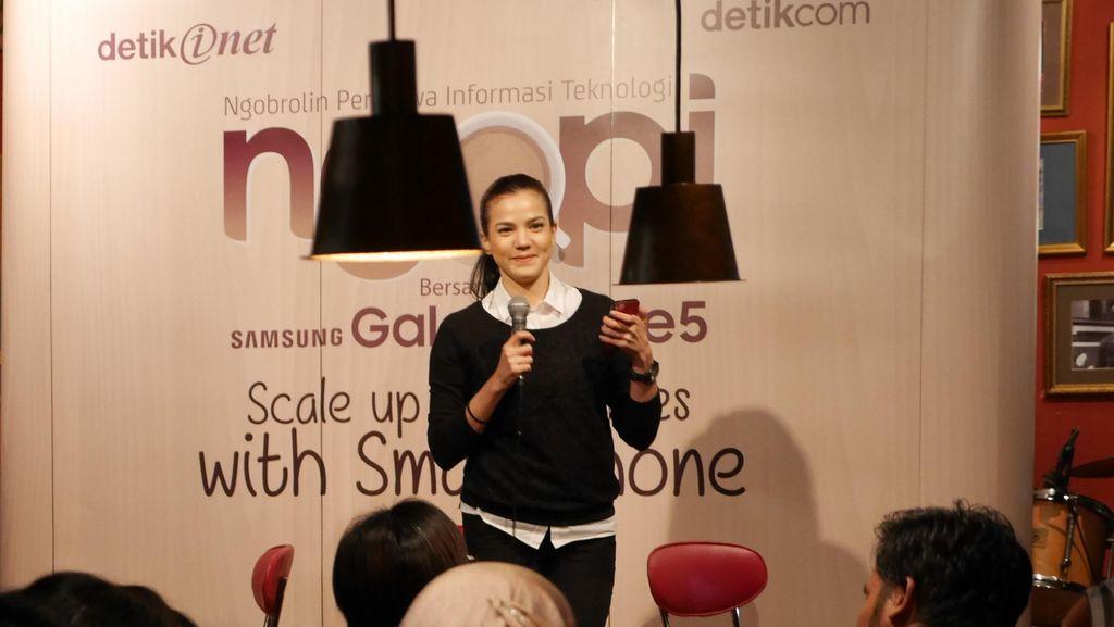 Gaya Lihai Alice Norin Utak-atik Smartphone untuk Bisnis