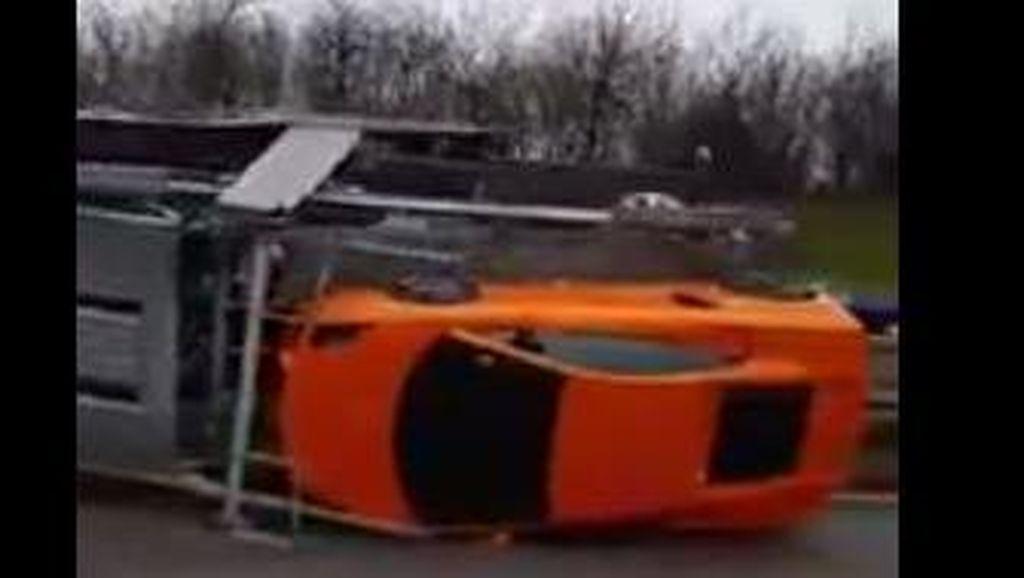 Truk Pengangkut 9 Mobil Eksotis Ini Terguling, Jutaan Dolar Melayang