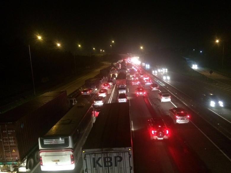 Dini Tol Cikampek ke Jakarta - Jakarta terjadi di Tol Cikampek arah Jakarta mulai dari Km hingga Km Kemacetan terjadi akibat penyempitan lajur terkait