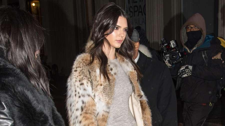 Kendall Jenner Pamer Kaki Jenjang
