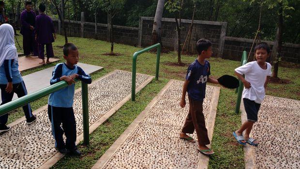 Anak-anak bermain di Taman Jagakarsa