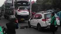 Tersangkut Kabel, Honda BR-V Jatuh dari Truk Pengangkut di Kelapa Gading