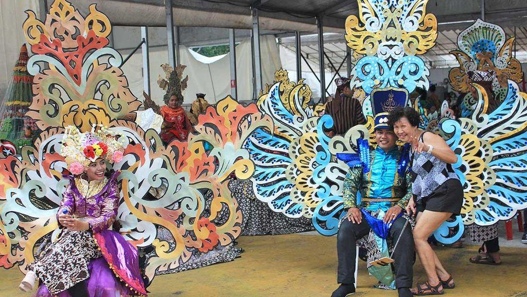Kontingen Indonesia Jadi Sasaran Foto Selfie di Parade Chingay 2016
