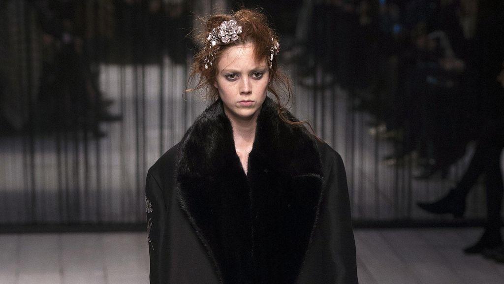 Kembali ke Rumah, Koleksi Alexander McQueen Lebih Feminin & Kaya Bordir