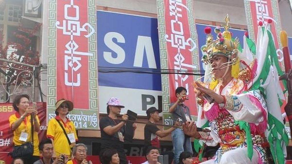 Unjuk Kesaktian Warga Dayak-Tionghoa di Festival Cap Go Meh Singkawang