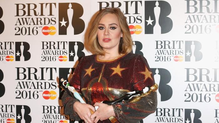 Adele mengalami pendarahaan vokal sehingga harus menjalani operasi tahun 2011. Kini, suaranya kembali cemerlang setelahnya. (Foto: Luca Teuchmann/Getty Images)
