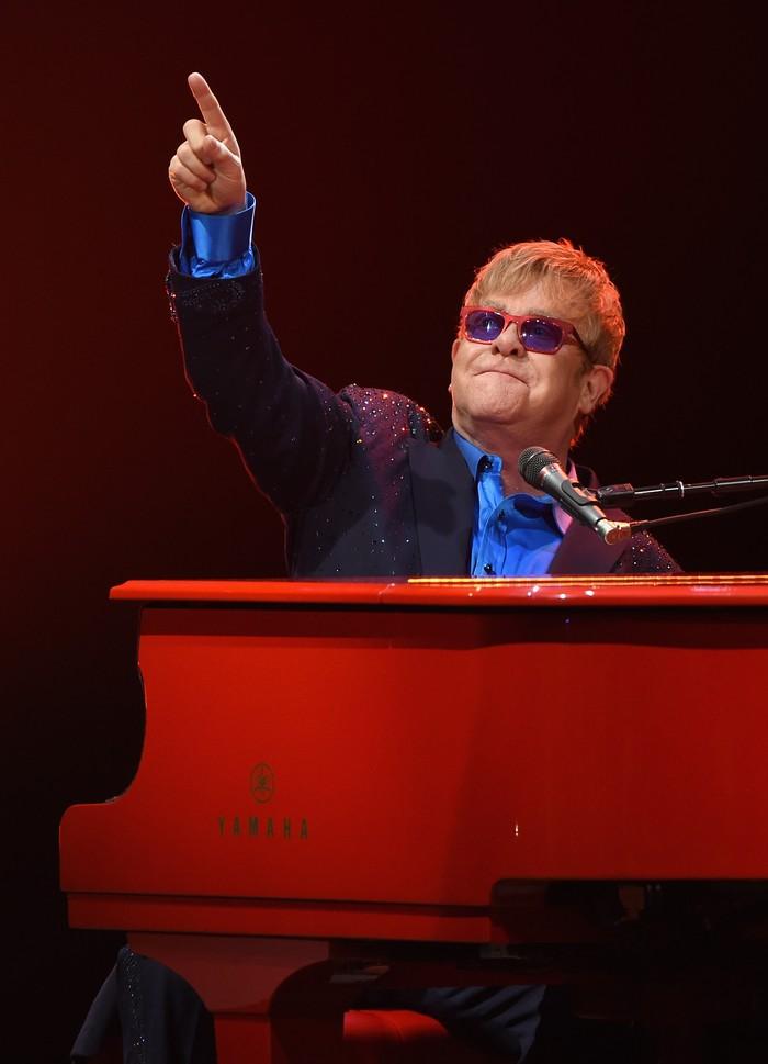 Penyanyi lagu Your Song Elton John pernah melakukan operasi di tahun 1985 karena nodul vokal yang dialaminya. Sejumlah fans pun mengakui adanya perubahan suaranya setelah tindak operasi yang dijalani. (Foto: Larry Busacca)