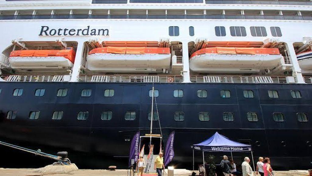 MS Rotterdam Sandar di Pelabuhan Tanjung Perak, Turis Asing Serbu Surabaya