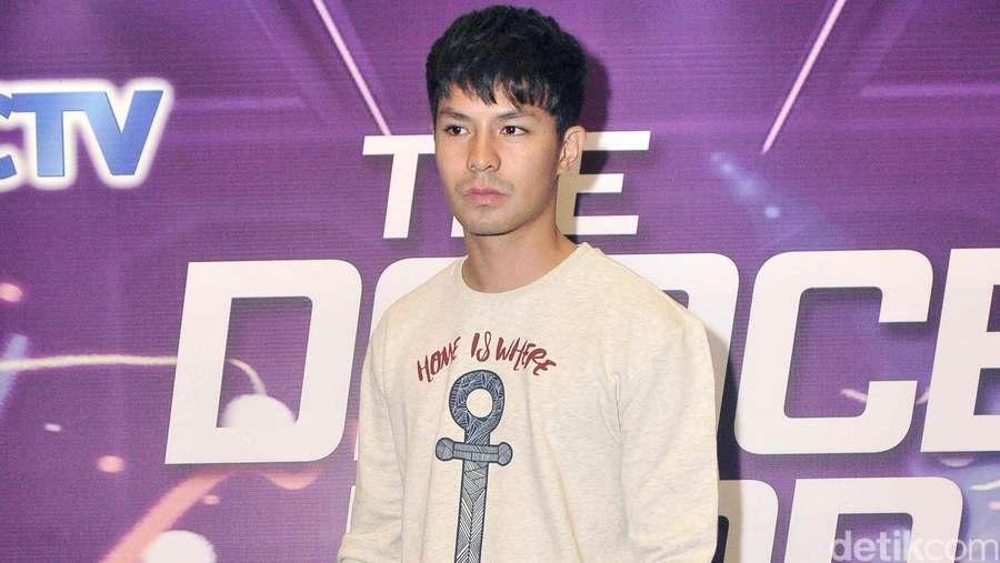 Fero Walandouw Bergaya Kasual