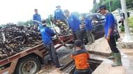 Pasukan Biru Temukan Sampah Kabel di Got Balai Kota DKI