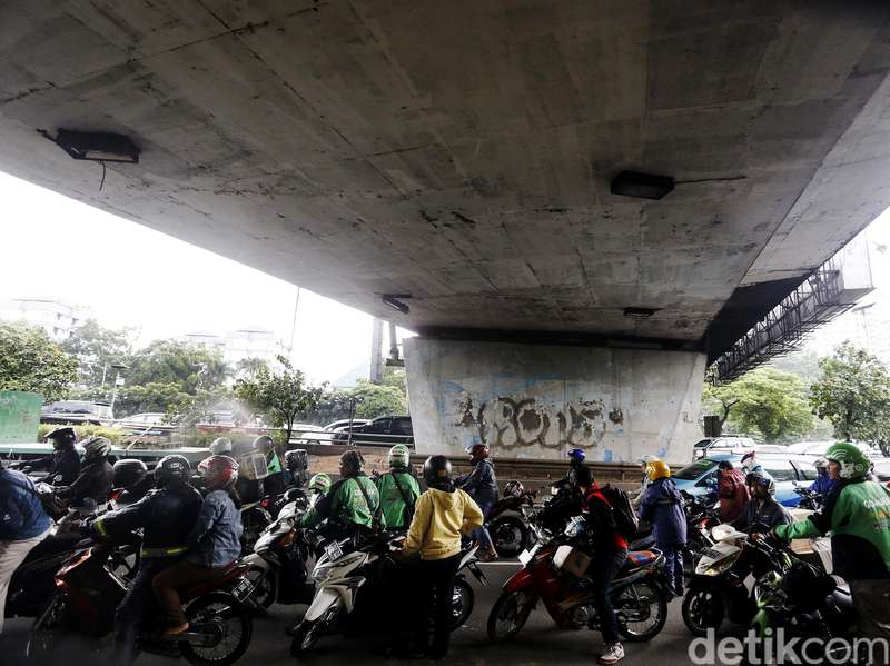 Bikin Macet, Pemotor Berteduh di Bawah JPO Bisa Didenda