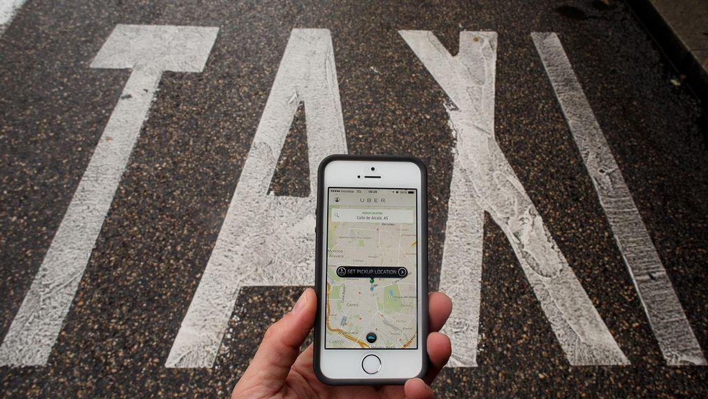 Sopir Taksi Online Dihukum Lepas Baju, Kenapa?
