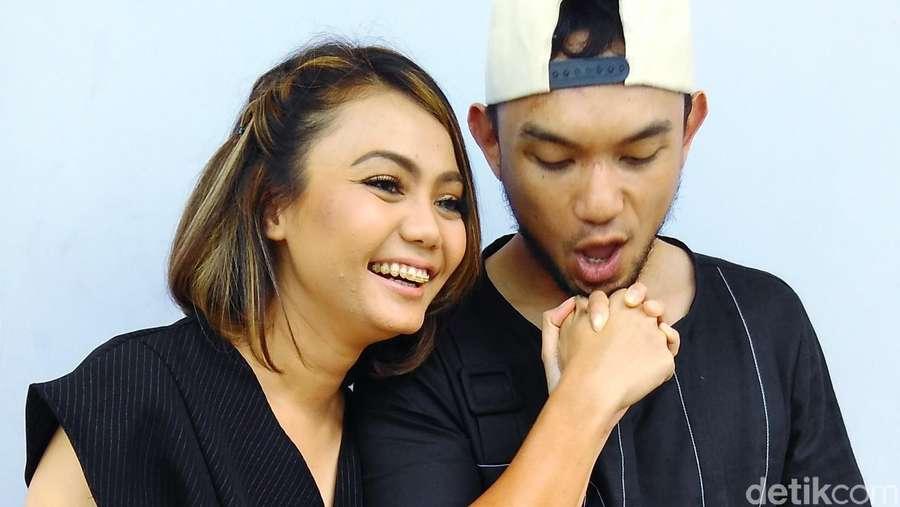 Love is in the Air! Mesranya Rina Nose dan Calon Suami