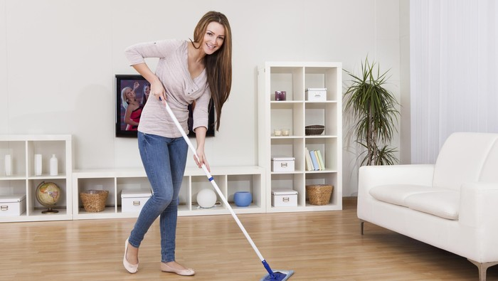 Mengepel lantai menjadi salah satu kegiatan yang bisa membakar banyak kalori tanpa perlu ke gym. (Foto: Thinkstock)