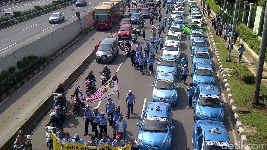 Sopir Taksi Demo Uber & Grab, Menhub Jonan: Tanya Saja ke Ahok