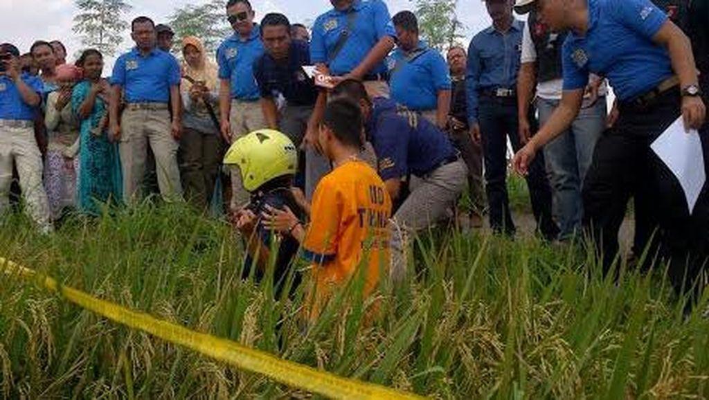 Pembunuhan Remaja yang Pakai Helm dan Dibuang ke Sawah Direkonstruksi