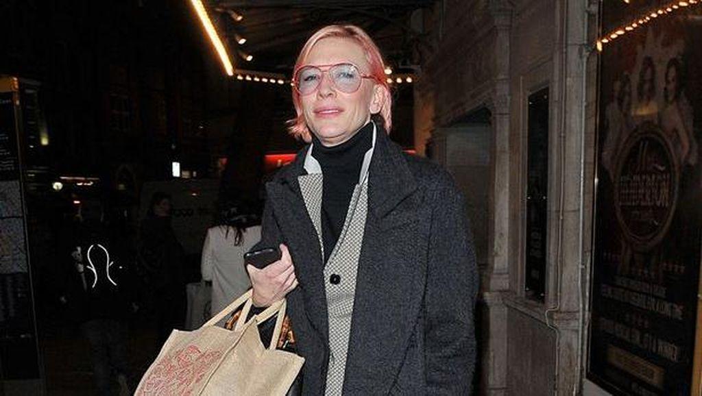 Cate Blanchett Tampak Tak Dikenali dengan Rambut Warna Pink